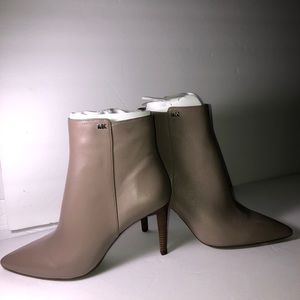 Michael Kors  Dorothy Flex Leather Bootie Sz 5.5M